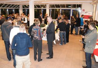 Tanja Hoppmann, Geschäftsführerin, mit Teilnehmern der Langen Nacht der Industrie beim Unternehmensrundgang bei WISKA