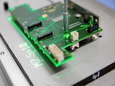 Ein Z-LASER ZLP2 Laserprojektor führt durch die Montage einer elektronischen Baugruppe