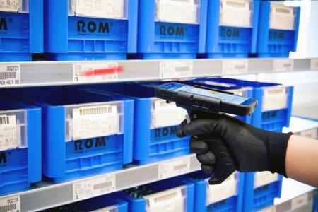 Mit innovativen Lösungen wie dem MDE-Barcode-Scanner sorgt das Kanban-System ROM – REYHER Order Management für eine sichere und effiziente C-Teile-Versorgung
