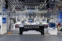 Der mobile Ausstellungsraum im Erdgeschoss des InnoTrucks zeigt rund 80 verschiedene Exponate zu wichtigen Zukunftstechnologien. © BMBF-Initiative InnoTruck / FLAD & FLAD Communication GmbH