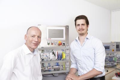 MGA-Geschäftsführer Lorenz Arnold (l.) mit Projektleiter Marius Ritter im Entwicklungslabor; Foto: MGA Ingenieurdienstleistungen GmbH.
