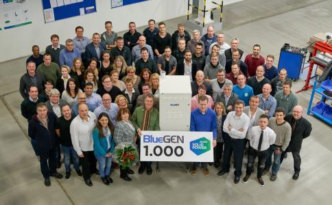 Die Heinsberger Belegschaft des Brennstoffzellenherstellers Solidpower freut sich: Vor kurzem hat sie den tausendsten Bluegen produziert. Zukünftig sollen hier jährlich 1.500 Mikrokraftwerke zur dezentralen Stromerzeugung gefertigt werden.