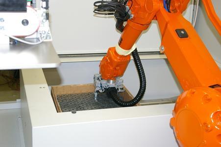 """Abhängig von Größe, Gewicht sowie der """"Ordnung"""" der Werkstücke im Behältnis erzielt der Roboter für die Entnahme eines Teils aus der Palette und dessen definierter Ablage eine Taktzeit von lediglich 2 bis 2,5 Sekunden."""