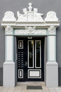 Der Hauseingang verfügt mit seinen filigranen Ornamenten über einen unverwechselbaren Charakter, der durch die kontrastreiche Gestaltung unterstrichen wird. (Foto: Caparol Farben Lacke Bautenschutz/Alexandra Lechner)