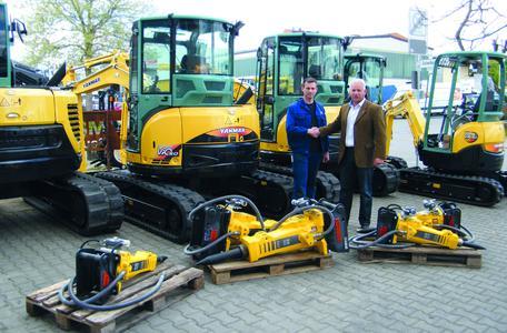 Ralf Bönisch, Technische Beratung und Verkauf bei Atlas Copco, übergibt 15   Hydraulikhämmer an ihren neuen Besitzer Volker Veit