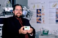 Schmerztherapie übers Mobiltelefon: Visionet-Geschäftsführer Stefan Lindner mit fernsteuerbarer Medikamentenpumpe