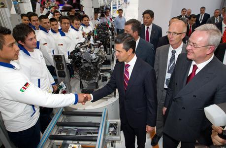 Mexikos Staatspräsident Enrique Peña, der Gouverneur des Bundesstaates Guanajuato, Miguel Marquez und Martin Winterkorn, Vorstandsvorsitzender der Volkswagen AG beim Rundgang durch das neue Motorenwerk im mexikanischen Silao. (Bild: Volkswagen)
