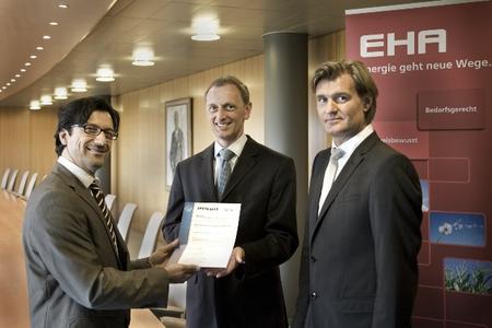 EN 16001: Altan Dayankac, DQS, übergibt das Zertifikat an Dirk Mithöfer und Jan-Oliver Heidrich, beide Geschäftsführer EHA (v. l.)