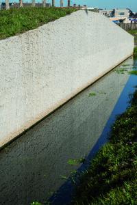 Dass Stützmauern nicht unbedingt eine glatte montone Oberfläche besitzen müssen, beweist NOE mit seiner neuen Stein-Struktur Santpoort (Foto: NOE-Schaltechnik, Süssen)
