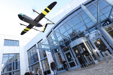 """Team TechFac EcoCar bei einer Demonstration ihres elektrischen VTOL Copters """"Night Fury"""" am Fraunhofer IISB in Erlangen. Bild: Kurt Fuchs / Fraunhofer IISB"""