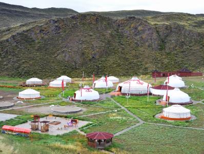 Kulturzentrum Aldyn Bulak: Die kleine tuwinische Zeltstadt liegt gut geschützt in einem Talkessel. (Foto: Achim Zielke)