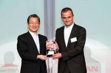 "Matthias Zink, President of Schaeffler Automotive Asia-Pacific (right), receives the 2012 Nissan ""Global Quality Award"" from Toshiyuki Shiga, COO of Nissan (left)"