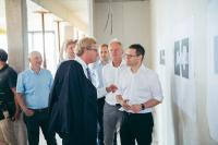 Minister Dr. Bernd Buchholz zeigt sich beeindruckt von dem innovativen Konzept für modernes Arbeiten der MACH AG