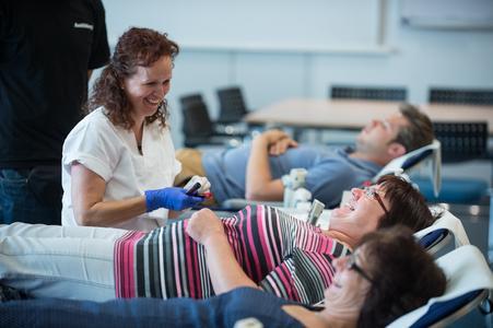 An der fünften Blutspende-Aktion am Standort Weinheim nehmen insgesamt 124 Mitarbeiter teil. In zehn Minuten wird ein halber Liter Blut entnommen: Eine Freudenberg-Mitarbeiterin bei der Blutspende-Aktion