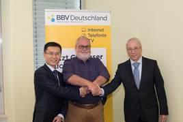 Sun Jie – General Manager ZTE Deutschland, Manfred Maschek – CEO BBV Deutschland, Dr.  Peter Selgert – CEO Bouwfonds IM Deutschland bei der Unterzeichnung der Kooperationsvereinbarung (v.l.n.r.).