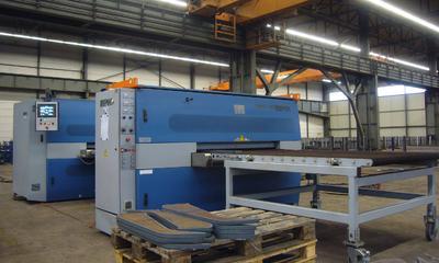 Aufmacherbild: Blechbearbeitungslinie aus einer Schlackeentfernungsmaschine und einer Schleif- und Entgratmaschine der Firma Lissmac Maschinenbau