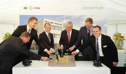Miloš Zeman, the President of the Czech Republic, attended the laying of the foundation stone of the new Schaeffler production site in Svitavy (3rd from right). Furthermore (from left), Jan Goláň (INA Lanškroun's plant manager), David Šimek (mayor of Svitavy) and Martin Netolický (district commissioner for Pardubice) as well as Oliver Jung (Schaeffler's Chief Operating Officer, 2nd from right) and Jaroslav Patka (COO of Schaeffler region Europe, right)