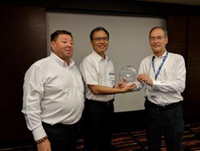 Alex Hsu von Kingyoup Enterprises nimmt  Auszeichnung von Friedhelm Maur (r) und Keith Bryant (l) entgegen