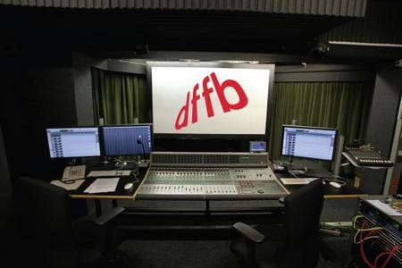 Mischung Studio A-Raum mit HD-Mischpult und HD-Audio-Komponenten sowie schalltransparenter Leinwand