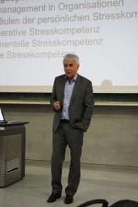 Prof. Dr. Gert Kaluza referierte an der Hochschule Aalen über Stresskompetenz / Foto© Hochschule Aalen/ Janine Soika