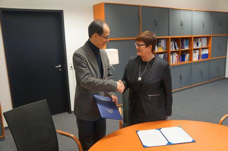 Prof. Dr.-Ing. Hyuncheol Kim und Prof. Dr. Karin Luckey, Rektorin der Hochschule Bremen, nach der Vertragsunterzeichnung (Foto: Hochschule Bremen)