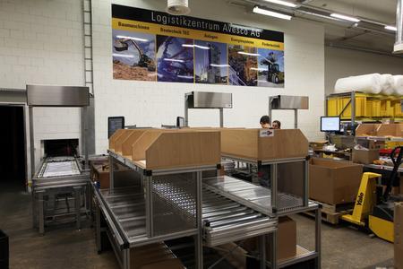 Kommissionierarbeitsplätze in der Vorzone des automatischen Kleinteilelagers der Avesco AG