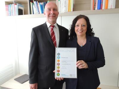"""Dr. Jürgen Ober und Uta Lewien freuen sich über die Auszeichnung des Vereins """"Charta der Vielfalt"""""""