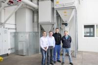 Die neue Trockenabsaugung steht im Freien, wodurch sie keine Produktionsfläche belegt. Den Austausch der Absauganlagen begleiteten Mitarbeiter aus verschiedenen Abteilungen, darunter Projektleiter Holger Herok (links)