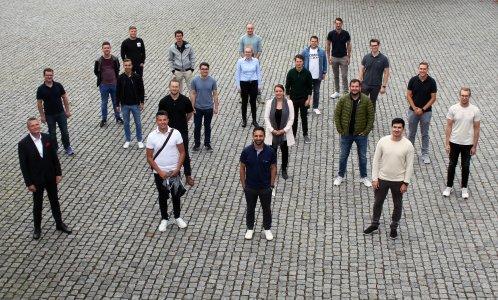 """Professor Dr.-Ing. Matthias Weyer, Dekan der Fakultät für Technik der Hochschule Pforzheim, (vorne links) begrüßte die neuen Studierenden im berufsbegleitenden Masterstudiengang """"Management and Engineering"""" (MME) auf dem Pforzheimer Campus. (Foto: Sophia Zundel/Hochschule Pforzheim)"""