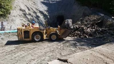 Photo of scooptram carrying large boulder