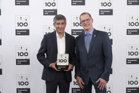Guido Selhorst (rechts), Leiter Corporate Market Communication bei HARTING, nahm den Preis von TV-Moderator Ranga Yogeshwar entgegen
