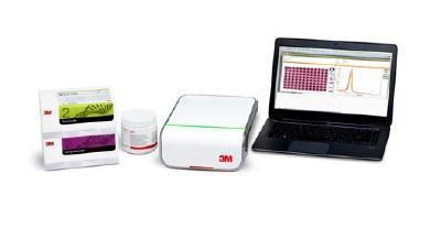 Die Ergebnisse aus dem 3M Molekularen Detektionssystem lassen sich in Echtzeit auf dem angeschlossenen Rechner überwachen / Foto: 3M