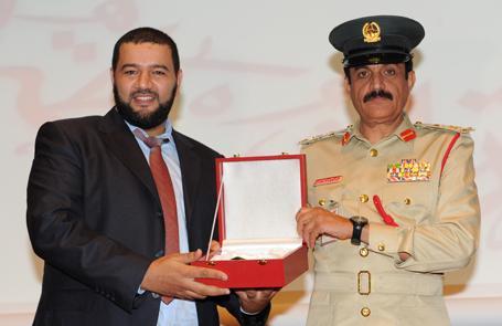 General Khamis Al Muzaina (r.), Deputy Director of the Dubai Police awards the prize to Youssef Al Hansali, CEO VITRONIC Middle East