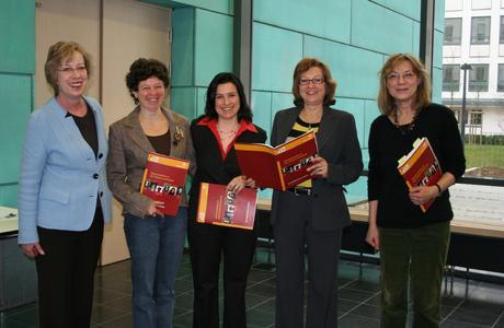 Mechthild Schramme-Haack(l.),  Dr. Brigitte Vollmer-Schubert(2.v.r.), Dorothea Diestelmeier(r.), Tatjana Ilchenko(2.v.l.), Zuhal Karakas(Mitte)