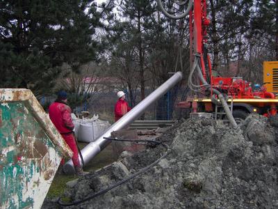 Mitarbeiter einer Stralsunder Brunnenbaufirma setzen zuerst ein Filterelement für den neuen Brunnen in das Bohrloch. Foto: MEA