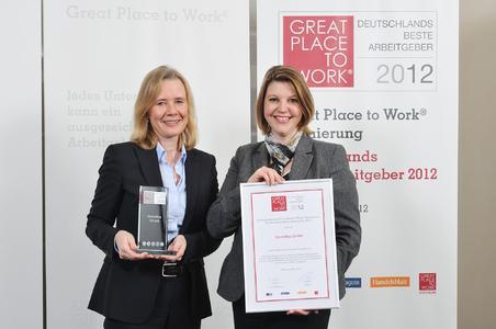 Monika Eichner, Global HR Project Managerin der Grundfos Gruppe, und Daniela Aiudi, Personalleiterin der Grundfos GmbH, (v.l.n.r.) haben die Auszeichnung bei Deutschlands Beste Arbeitgeber 2012 in Berlin mit Freude entgegen genommen