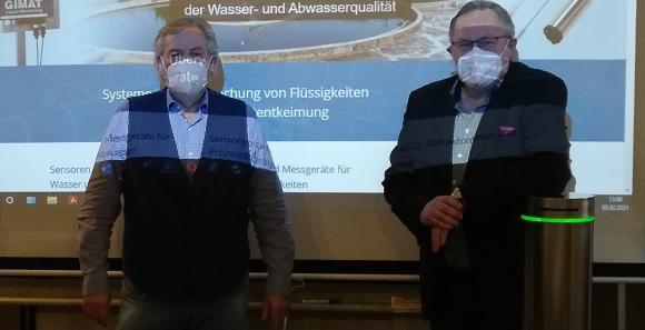 Dr. Volker Koschay, Geschäftsführer GIMAT (rechts im Bild) stellt dem FDP-Landtagsabgeordneten Albert Duin sein Unternehmen und das Luftentkeimungsgerät VIBA-EX vor. (Fotoquelle: GIMAT GmbH)