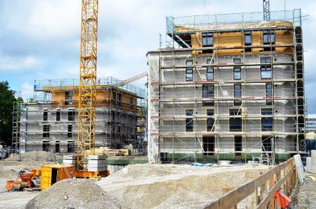 Ökologisch, ökonomisch und sozial ein städtebauliches Vorzeigeprojekt: Der süddeutsche Bauträger KLAUS Wohnbau ließ nach den Plänen von delaossaarchitekten in München auf einem parkähnlich angelegten Areal im Stadtteil Schwabing je zwei trapezförmige Vier- und Fünfgeschosser errichten, die insgesamt 55 hochwertig ausgestattete Eigentumswohnungen mit Wohnflächen zwischen 65 und 120 m² umfassen. Foto: Achim Zielke für INTHERMO, Ober-Ramstadt; www.inthermo.de