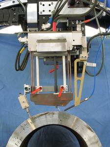 Abb. 7 + 7a: Brenner für das WIG Engspalt- Heißdrahtschweißen mit gependelter Elektrode und Drahtführung für Werkstückdicken von 80 bis 160 mm, hier mit einem Werkstück aus niedriglegiertem Stahl P91 Fotos: Polysoude