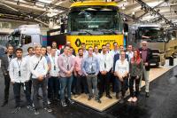 Die Berufsschülerinnen und -schüler des NAOB aus Köln am Stand von Renault Trucks Deutschland auf der IAA. Produktmanager Harald Wieching präsentierte alles rund um die vollelektrischen Lkw von Renault Trucks / Foto: Renault Trucks/Chris Groepper