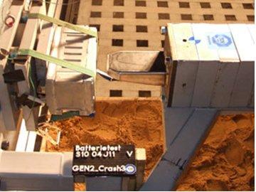Für die Crashtestreihe wurde ein Impaktor gegen die an einem Betonblock montierte Lithium-Ionen-Batterie gefahren
