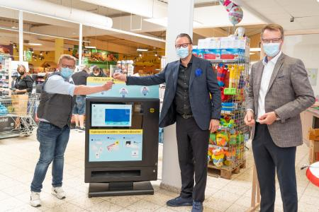 Premiere for the HARTING Prevent vending machine: E-Center Store Manager Stefan Hartmann (l.) is delighted with the official handover of the device by HARTING CEO Philip Harting (m.) and Peter Weichert, Managing Director of the subsidiary HARTING Systems