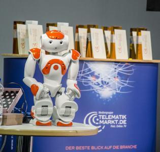 """Der Roboter """"Annabell"""" wurde während der spannenden Gesprächsrunde im Rahmenprogramm der Award-Verleihung 2015 dem interessierten Publikum vorgestellt / Bild: Telematik-Markt.de"""