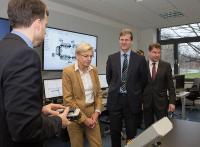 v.l.n.r.: Prof. Imiela, Staatssekretärin Dr. Johannsen, Prof. Niemann, Prof. von Helden bei der Führung durch die Industrie 4.0 Modellfabrik [HsH/Schneeweiß]