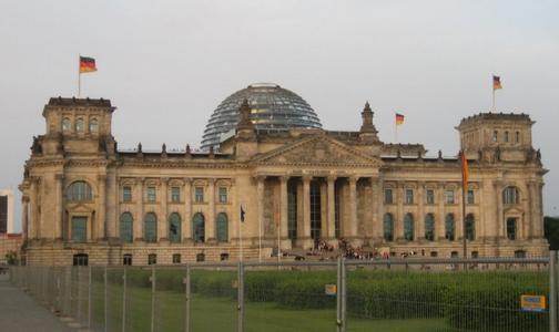 An der  berühmten Kuppel des Berliner Reichstags hat die Firma Gerhard Schmitz mitgearbeitet. Das Unternehmen sorgte für den Korrosionsschutz der Besuchertreppe.