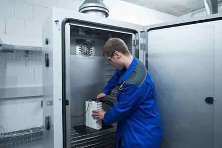Vorbereitungen für einen Batterietest in einer Klimakammer bei der TÜV SÜD Battery Testing GmbH