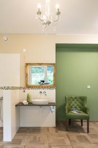 Gelungene Symbiose im Pflegebad: harmonisches Zusammenspiel von Formen und Farben auch in Funktionsbereichen (Grüne Akzentwand:  3D Pinie 45) (Foto: Caparol Farben Lacke Bautenschutz/Martin Duckek)