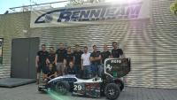 Niederlassungsleiter Hendrik Doht (vierter v. r.) mit dem Formula Student Team der Universität Stuttgart