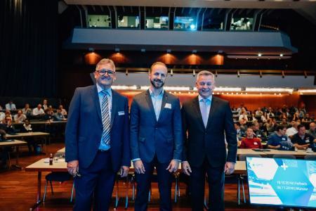 """Manfred Gravius, geschäftsführender Gesellschafter DPS (links) und Uwe Burk, Country Manager Dassault Systèmes, begrüßten die Besucher und stellten die Highlights vor. Nikolas Zimmermann (mitte), Fraunhofer Institut IAO, referierte als Key Note Speaker zum Thema """"Engineering 4.0"""""""