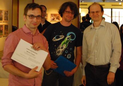 Martin Czygan bekommt den Gutschein für den ersten Platz der Kategorie Python von Markus Zapke-Gründemann und Mike Müller überreicht (v.l.n.r.)
